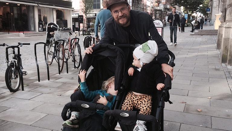 Johan Bohman, med sina tvillingar Tage och Svante som sitter i vagnen. Foto: Henrik Olsson/ Sveriges Radio
