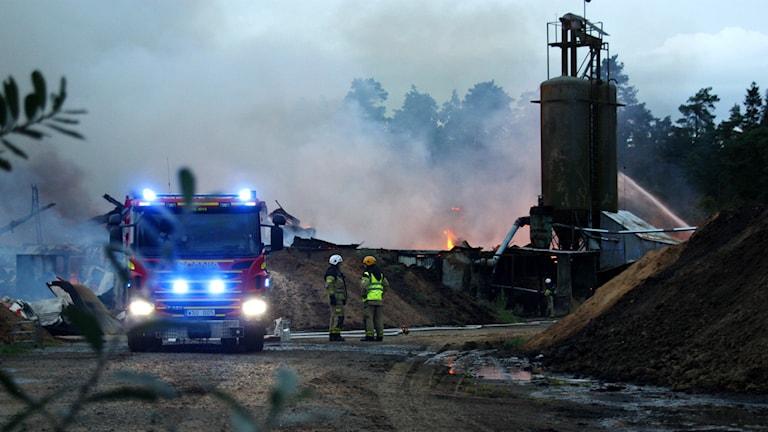 Brandbil framför brandplatsen. Foto: Bengt Hællquist