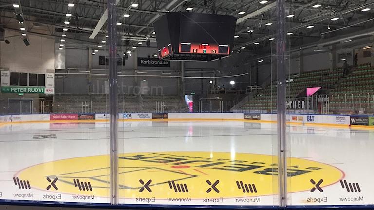 En tom arena i väntan på första SHL-matchen i Karlskrona. Foto: Erik Belin
