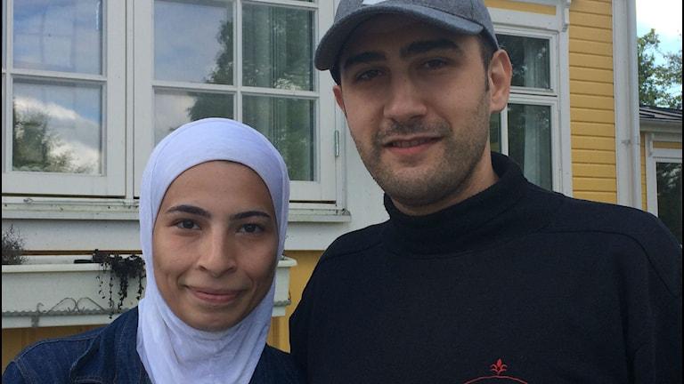 Syskonen Hiba Babbila och Haithem Babbila står utanför Guö värdshus i Karlshamn. Återförenade efter tre år ifrån varandra. Foto: Andrea Jilder / Sveriges Radio.
