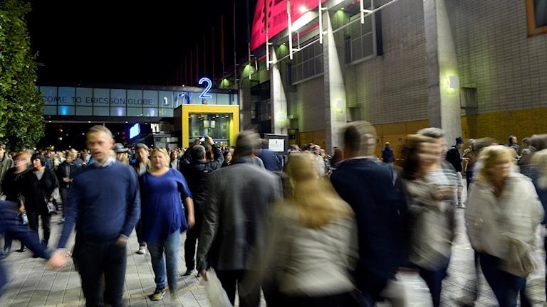 Folkmassa som skyndar ut från Globen. Foto: Pontus Lundahl/TT.