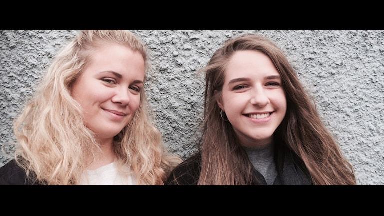 Amanda och Paulina som går på Thörnströmska respektive Ehrensvärdska gymnasiet har inte hört så mycket om orsaken till att de måste vara beredda att visa ID-kort för väktare. Foto: Henrik Olsson, P4 Blekinge