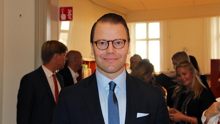 Prins Daniel dröjde sig kvar och pratade med press och elever. Foto: Helena Gustafsson/Sveriges Radio.