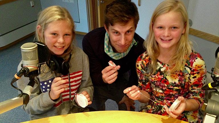 Klara Landehag och Ofelia Färnström pärlar Refugees Welcome-armband. Foto: Helena Gustafsson/Sveriges Radio.