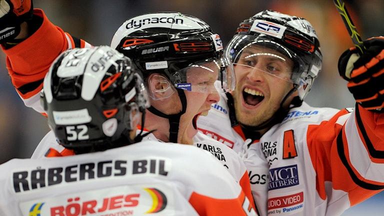 Karlskronas Henrik Nilsson jublar tillsammans med Maksim Matushkin och Alexander Bergström efter 1-2 mot Rögle. Foto Björn Lindgren/TT