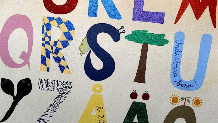 Bokstäver från alfabetet målat färglatt på en vägg. Foto: Janerik Henriksson/TT