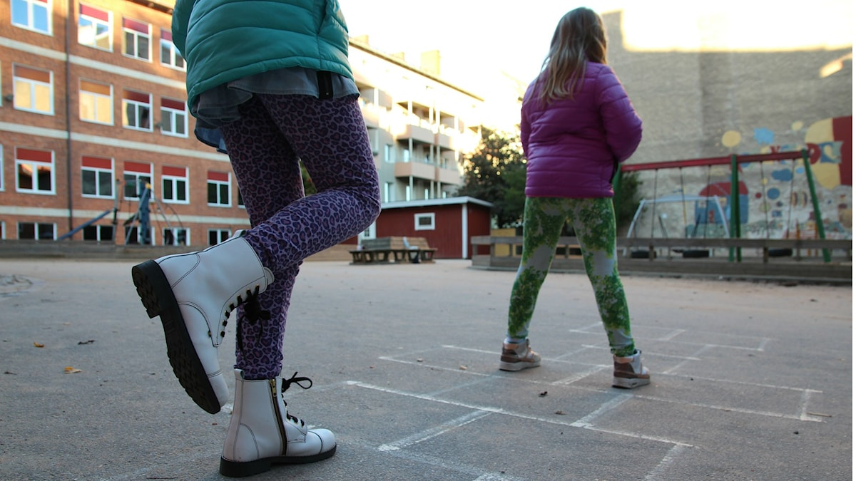 Två flickor hoppar hage. Foto Monika Titor/SR.