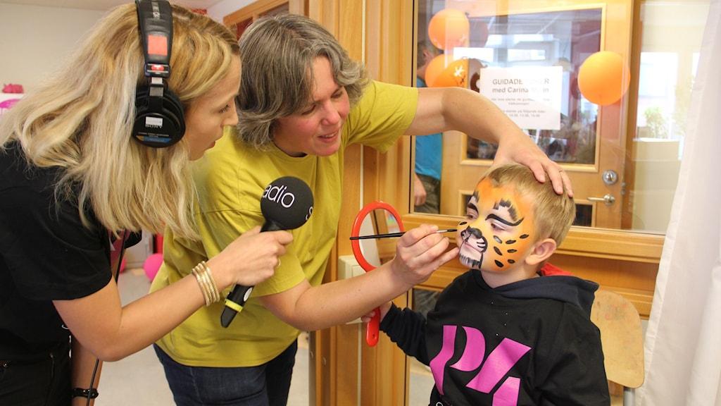 Gwenny van Dooren målar Elmer. Foto: Ingrid Elfstråhle/Sveriges Radio