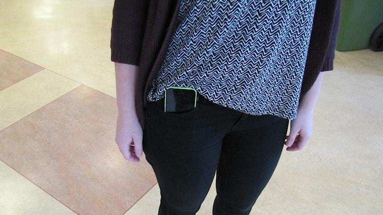 Mobil i ficka. Foto: Ingrid Elfstråhle/Sveriges Radio