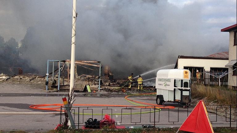 Hela det gamla möbelvaruhuset brann ner. Foto: Johan Svensson/Sveriges Radio
