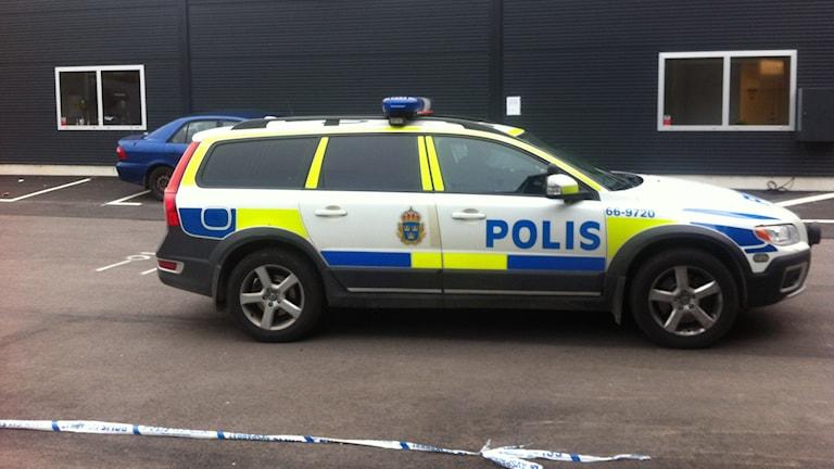 En polisbil står parkerad utanför bilbesiktningen. Foto: Mikael Eriksson/SR.