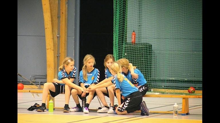 Flickor tränar handboll