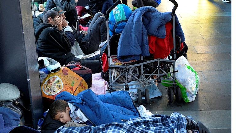 Flyktingar som precis anlänt till Sverige för att söka asyl. Foto: Anders Wiklund/TT.
