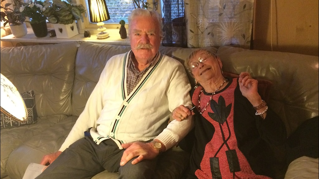 Bertil och Barbro Bruno sitter bredvid varandra i en soffa. Foto: Lena König