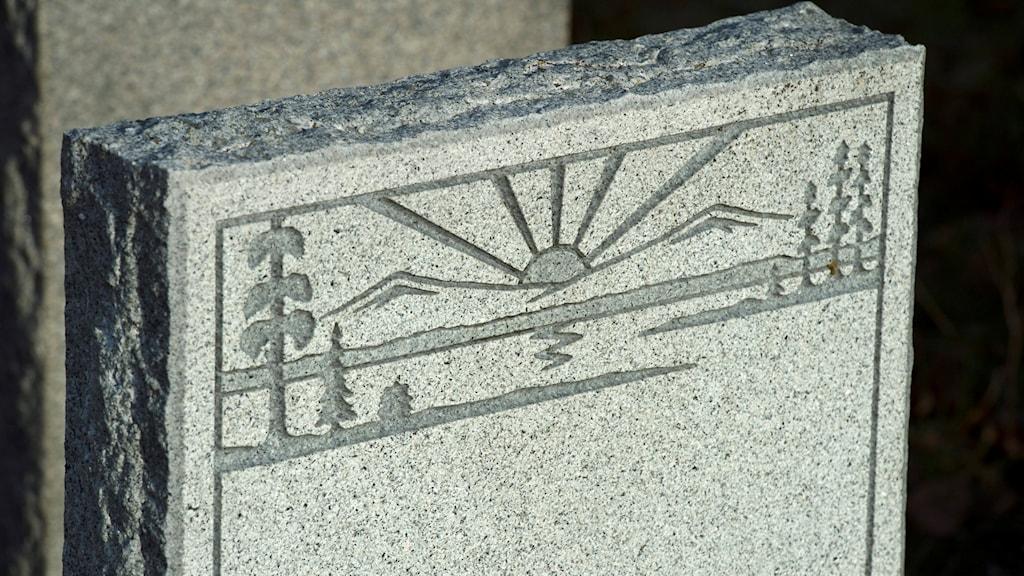 En gravsten med en ingraverad soluppgång. Leif R Jansson / TT