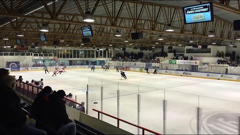 Bild på Jössarinken när en match spelas tagen från läktaren. Foto: Erik Belin.