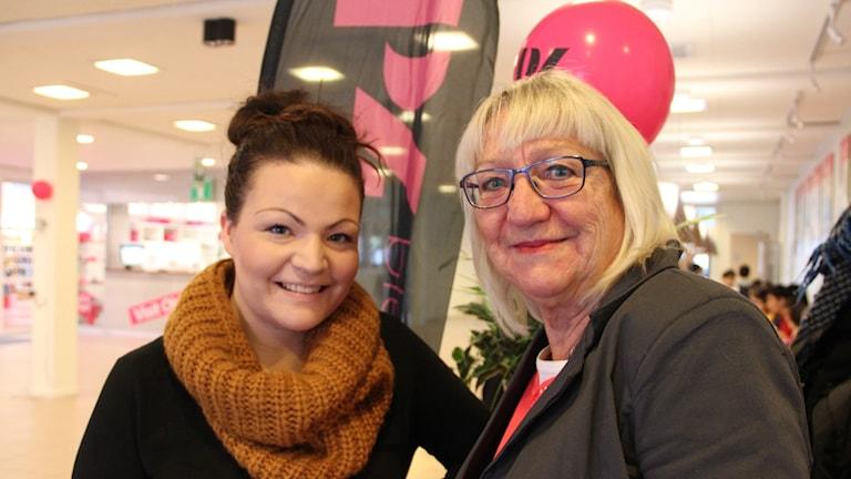 """Therese Bengtsson och Anita Bengtsson som är med i revyn """"Vattnet har gått"""". Foto: Stina Linde/Sveriges Radio."""