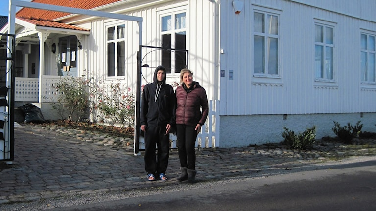 Rania Jjemian utanför asylboendet i Kristianopel. Foto: Sarah Rätzer/Sveriges Radio.