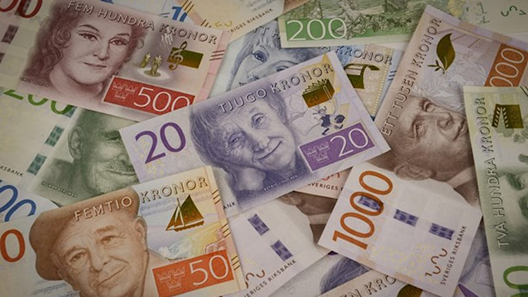 En hög med nya sedlar. Bild: Riksbankens pressarkiv