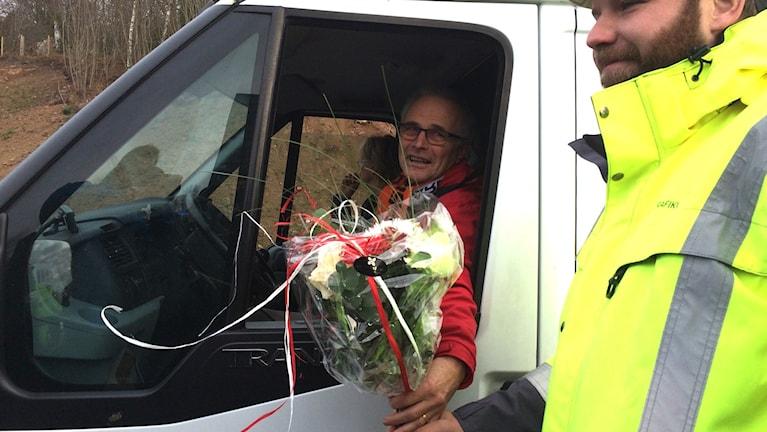 Lars Herremo med en blomsterkvat i handen. Foto: Lena König/Sveriges Radio.