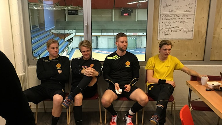 Fyra handbollsspelare sitter på rad. Foto: Gustaf Hallén.