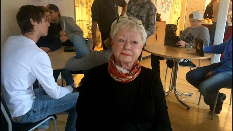 Lilian Viktorsson bryter pensionen för att lära flyktingbarn svenska. Foto: Andrea Jilder / Sveriges Radio.