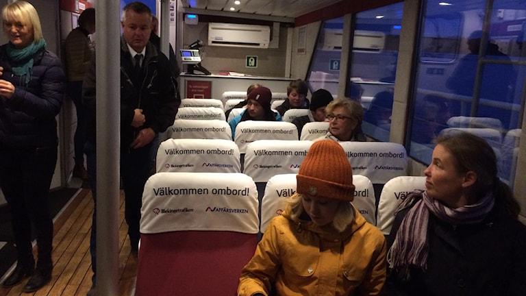Åsa Nicklasson och dottern Liv Rasmusson sitter på premiärturen med Sturköpendeln. Foto: Lena König/Sveriges Radio.