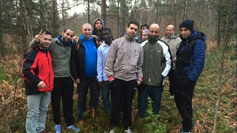 Hela gänget står i skogen. Foto:Lena König/Sveriges Radio.