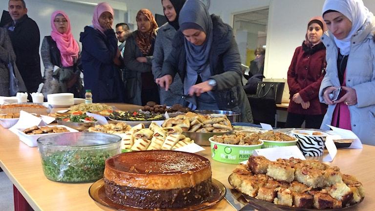 Massor med fika på ett bord under Kulturdagen på Vuxenskolans SFI. Foto: Lena König/Sveriges Radio.
