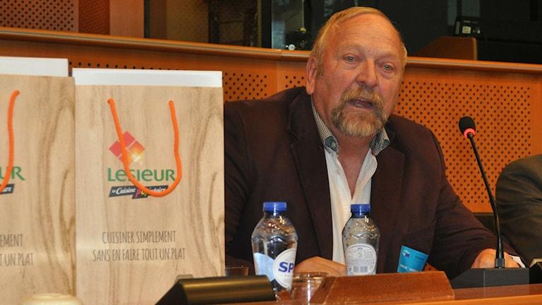 Jonny Ulvtorp vid EU:s prisceremoni i Bryssel för bästa biodling och pollinering. Foto: privat