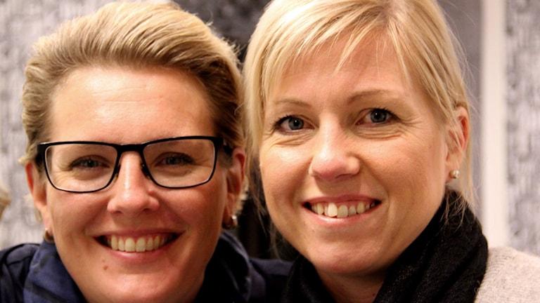 Anna Svahn och Lina Nilsson i Fredagspanelen ser glada ut. Foto: Stina Linde/Sveriges Radio