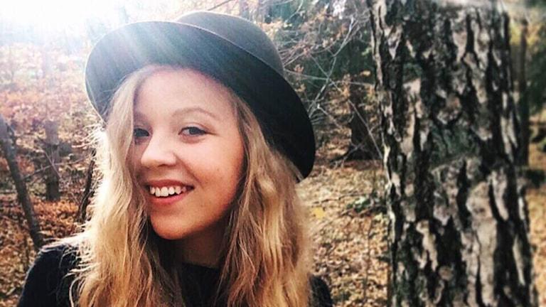 Twittraren Clara Viola med en svart hat på huvudet. Foto: Privat.