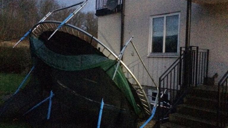 En studsmatta som blåst omkull utanför ett hus under stormen Gorm. Foto: Anne Berglund/Sveriges Radio.