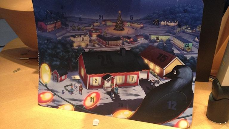 Bild på en julkalender med en liten lapp framför. Foto: Rebecka Gyllin/Sveriges Radio