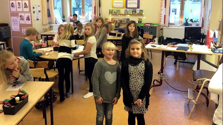 Tekla Pettersson och Wilma Bengtsson i andra klass på Hörviksskolan. Foto: Lena König/Sveriges Radio.