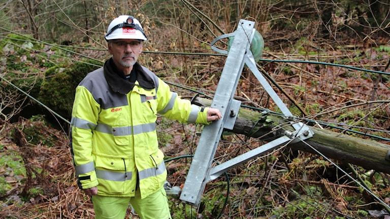 Magnus Andreasson vid en av de elstolpar som knäcktes under stormen. Foto: Mikael Eriksson/Sveriges Radio