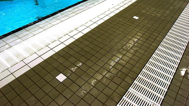 Golvet och en del av bassängen i en simhall. Foto:TT