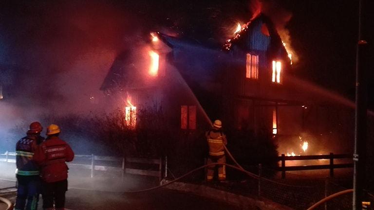 En kraftig brand rasade i en villa i Ronneby på söndagskvällen. Foto: Bengt Hællquist.