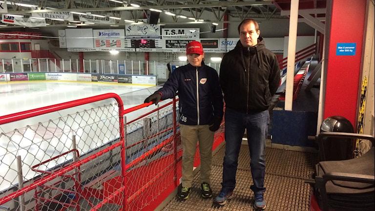 Jesper Olsson är ungdomsdomare och Magnus Danielsson ordförande i Blekinge ishockeyförbund. Foto: Lena König/Sveriges Radio.