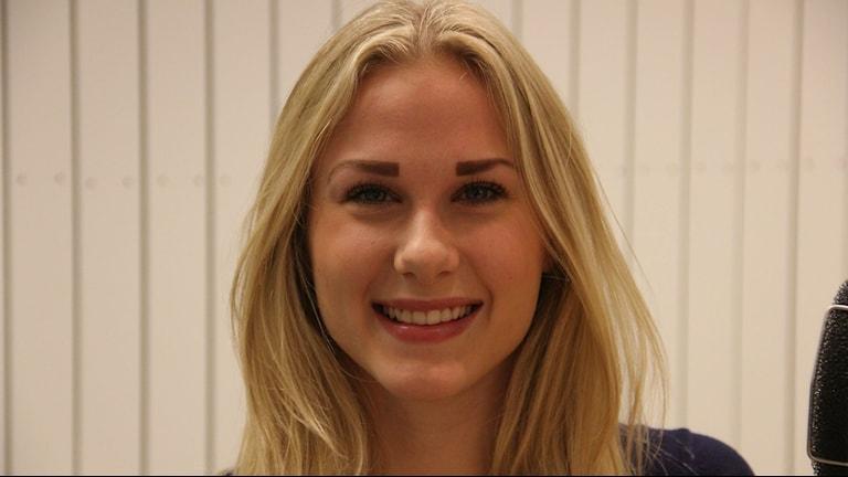 Närbild på en tjej med långt blont hår. Foto: Rebecka Gyllin/Sveriges Radio