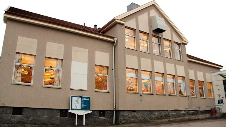 Fasaden på Nättrabyskolan. Foto: Stina Linde/Sveriges Radio.