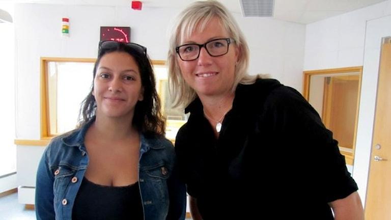 Aya Al Sadoon och Lina Nilsson i Fredagspanelen. Foto: Ingrid Elfstråhle/Sveriges Radio.