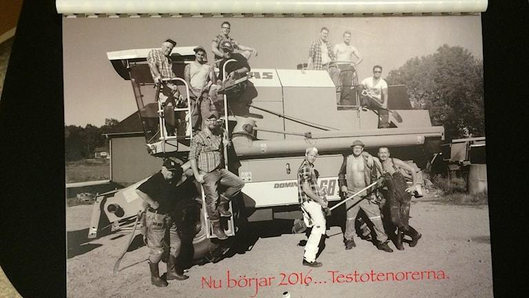 En bild på omslaget till kalendern. Männen står runt och på en traktor. Foto: Lena König/Sveriges Radio.