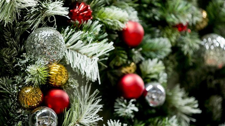 Julgranspynt i rött, silver och guld i julgran