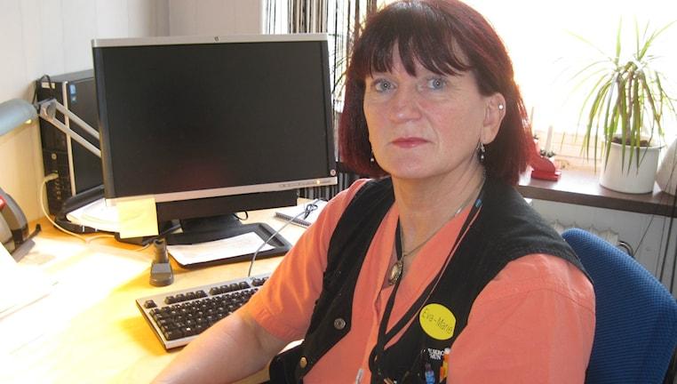 Eva-Marie sitter bakom ett skrivbord inne på äldreboendet Adlersten i Karlskrona