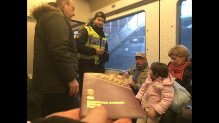 Polis kollar ID på Öresundståget.