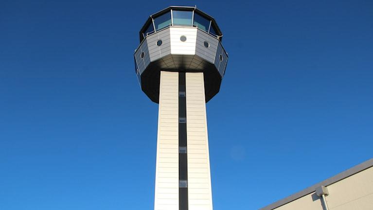 Det nya flygledartornet sträcker sig 35 meter upp i luften. Foto: Mikael Eriksson/Sveriges Radio