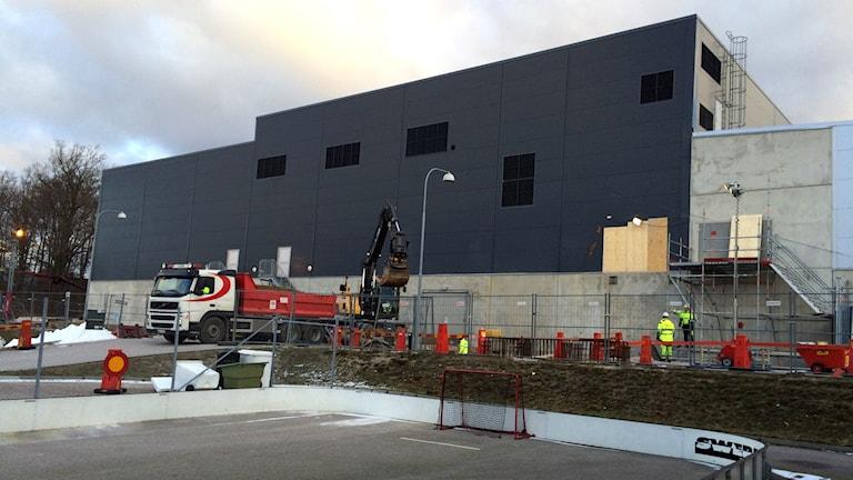 Exteriören av ABB Arena som håller på att byggas ut. Foto: Stina Linde/Sveriges Radio.