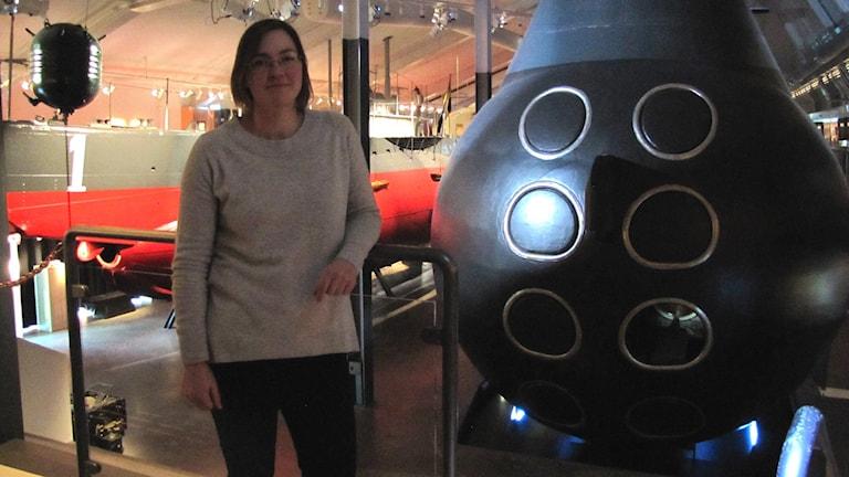 Susanne Ekblad står framför en av U-båtarna på Marinmuseum. Foto: Sarah Rätzer/Sveriges Radio.