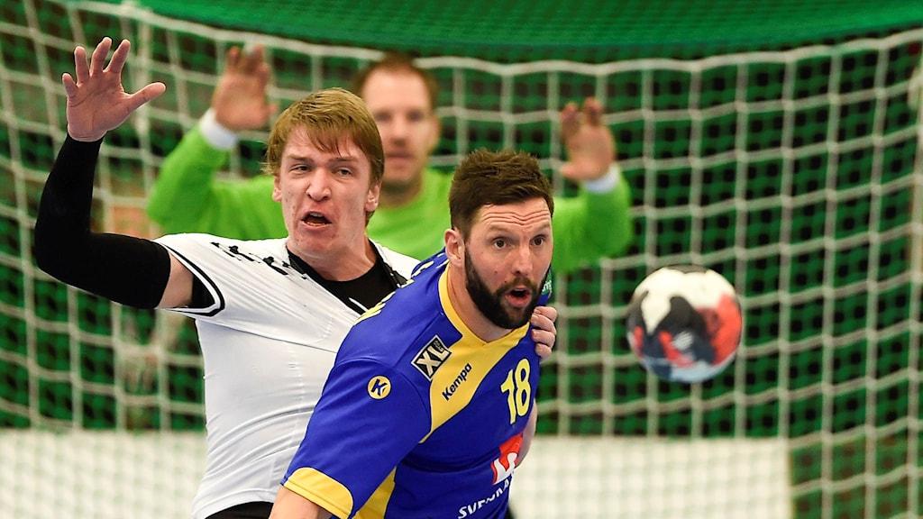 Tobias Karlsson vräker sig fram i matchen mot Tjeckien. Foto: Björn Lindgren/TT